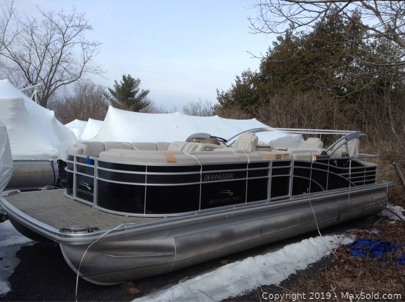 2014 R 25 Foot Bennington Pontoon Boat